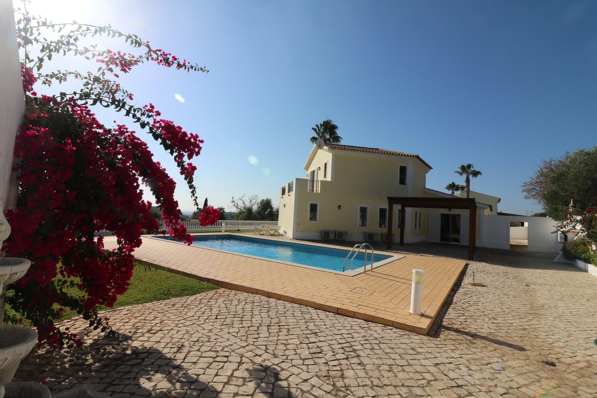 3 Bedroom Villa Loule, Central Algarve Ref: JV10289