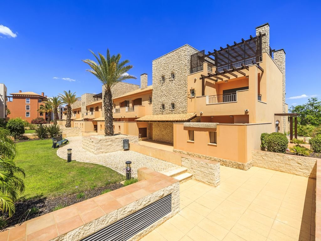 3 Bedroom Townhouse Vilamoura, Central Algarve Ref: MV22083