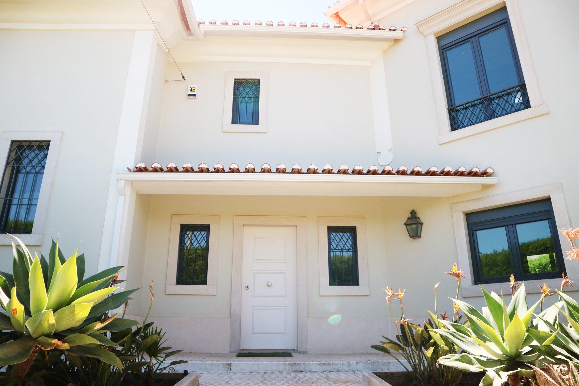 3 Bedroom Villa Cascais, Lisbon Ref: AVI330