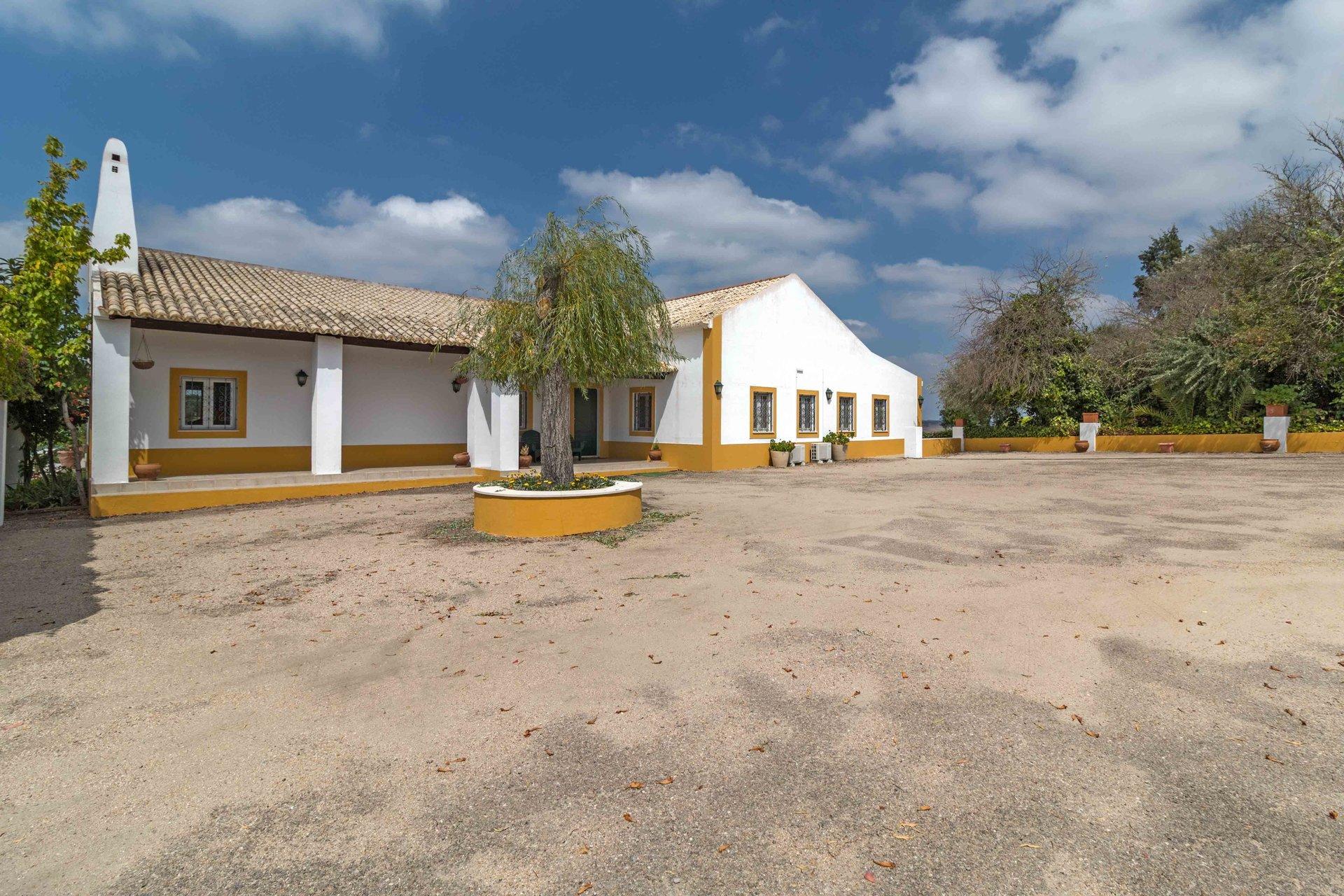 7 Bedroom House Montemor-o-Novo, Alentejo Ref: AVI331