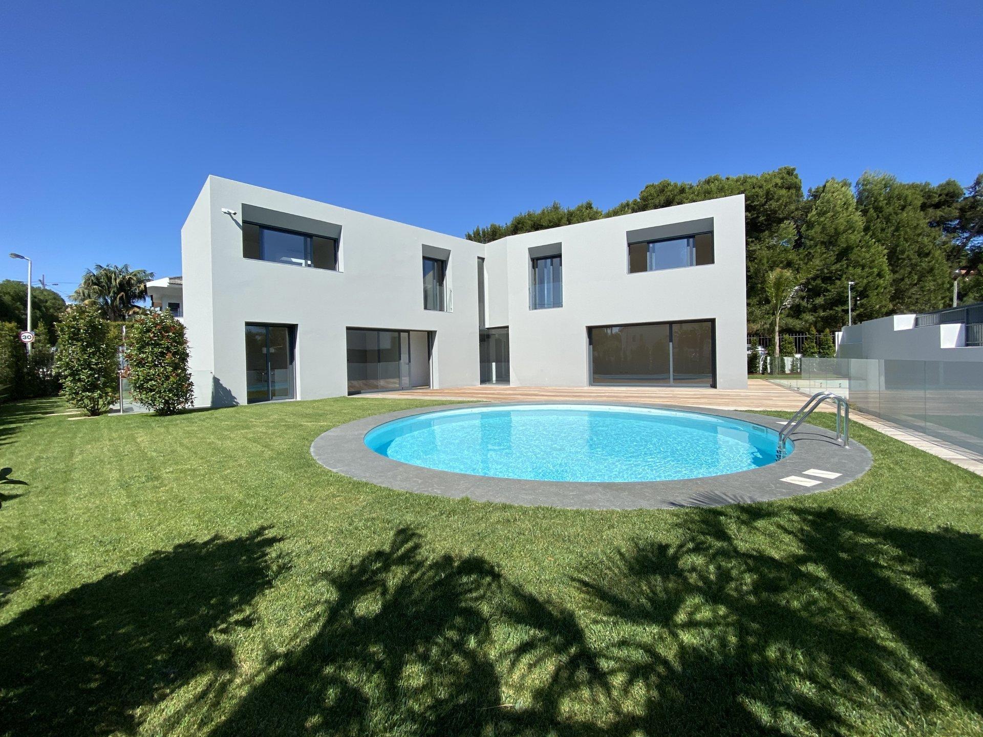 4 Bedroom Villa Cascais, Lisbon Ref: AVI349